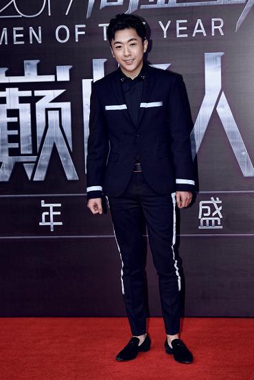 演员鲍晓亮相时尚盛典 年度成绩获肯定展绅士气度