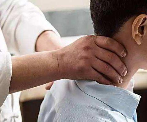 中医养生肩颈经络疏通手法,治疗肩周炎有效方式,值得一学!